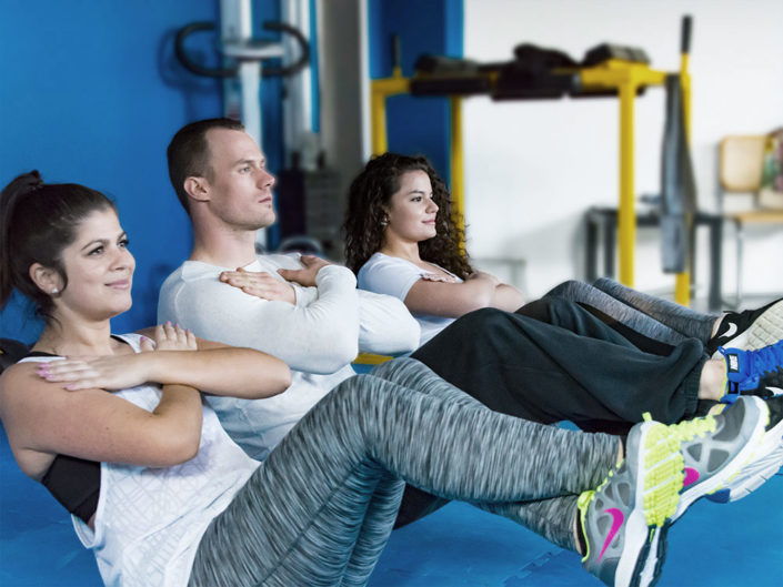 Personal Trainer Pascal Schwarz mit Kundinnen Im Fitness Amriswil